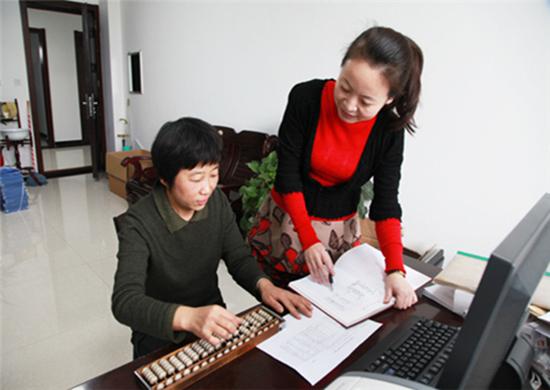 秦皇岛市纪委副处级纪检监察员雷雅君(左一)与同事金滢在核对有关账目
