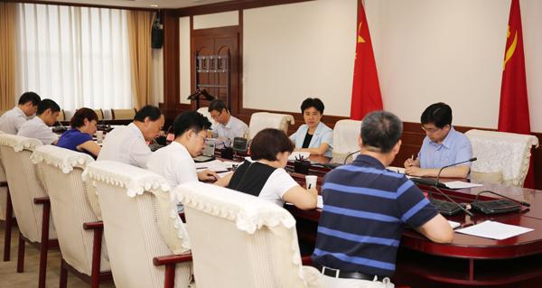 梁惠玲在参加省纪委办公厅党支部专题组织生活会、为支部党员